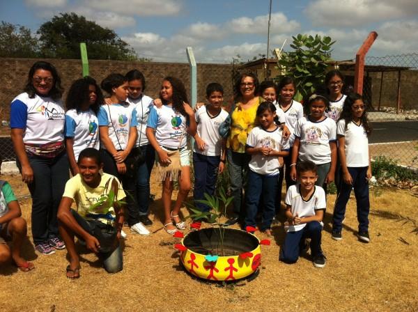 Comitê ocupando o Circo Escola com plantação de mudas